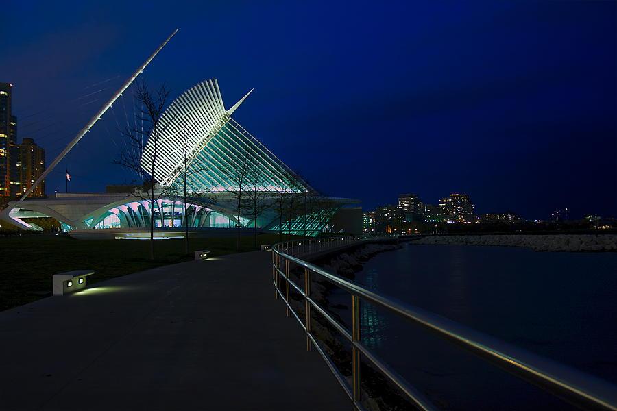 Milwaukee Art Museum Photograph - An Evening Stroll At The Calatrava by Chuck De La Rosa
