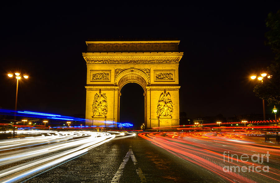arc de triomphe at night with streaking car lights photograph by oscar gutierrez. Black Bedroom Furniture Sets. Home Design Ideas