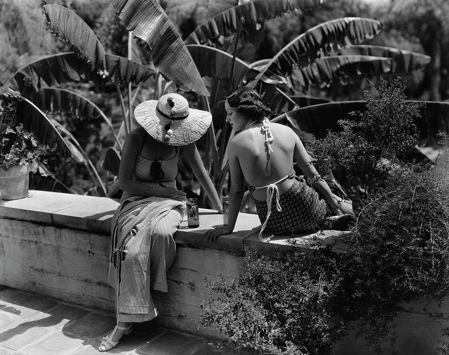 Barbara Lee And Phyllis Cooper Photograph by George Hoyningen-Huene