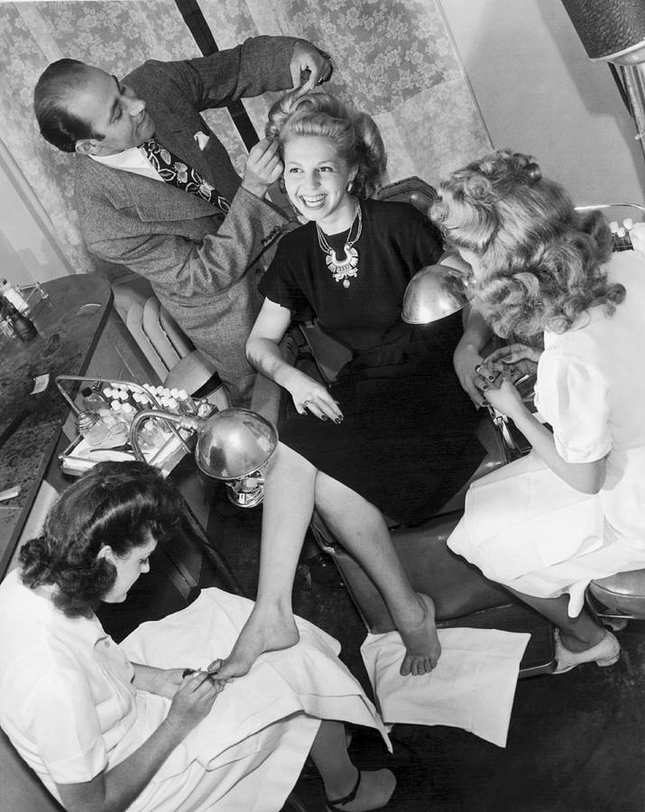 1940's Photograph - Beauty Salon Glamorizing by Underwood Archives