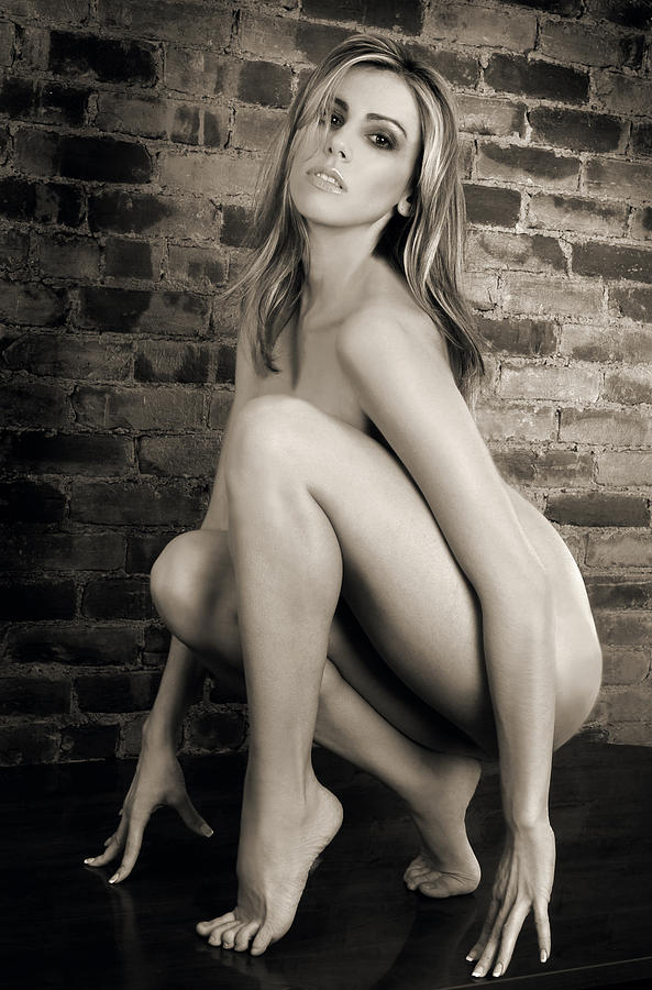 Young woman full body nude — img 12