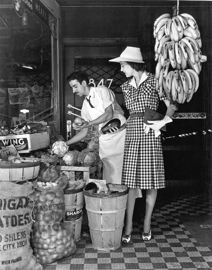 1938 Photograph - Buying Fruit And Vegetables by Underwood Archives