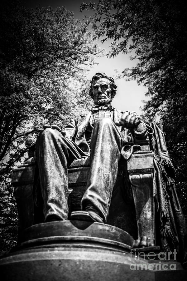 Abraham Photograph - Chicago Abraham Lincoln Sitting Statue Black And White by Paul Velgos