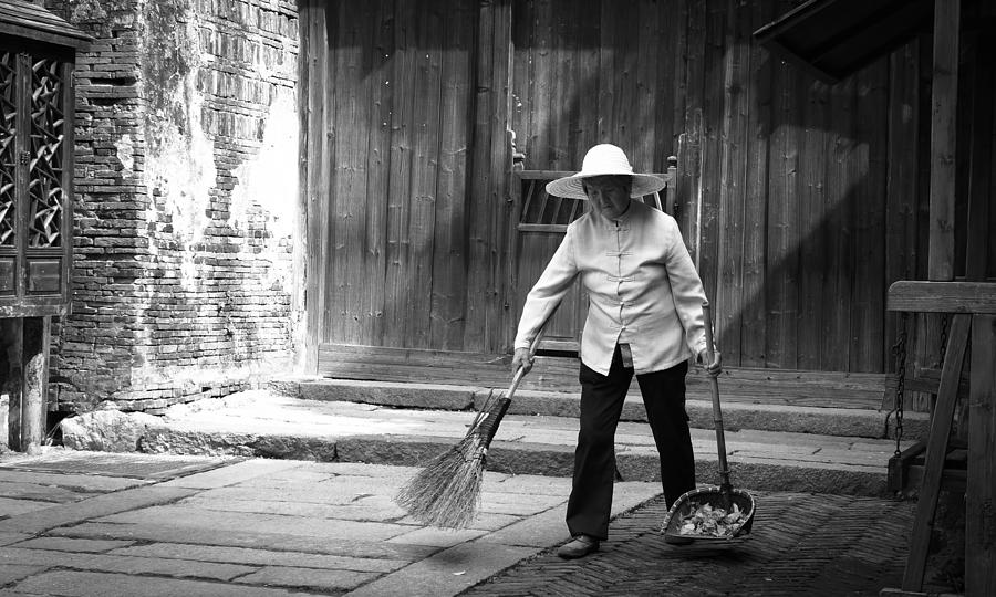 Black And White Photograph - Cleaning Up by Becky Kozlen