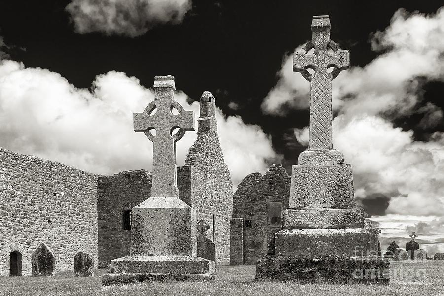 Clonmacnoise Photograph - Clonmacnoise by Juergen Klust