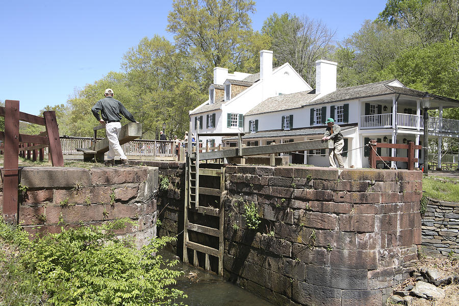 C & O Canal Photograph - Closing A Lock On The C And O Canal At Great Falls Tavern by William Kuta