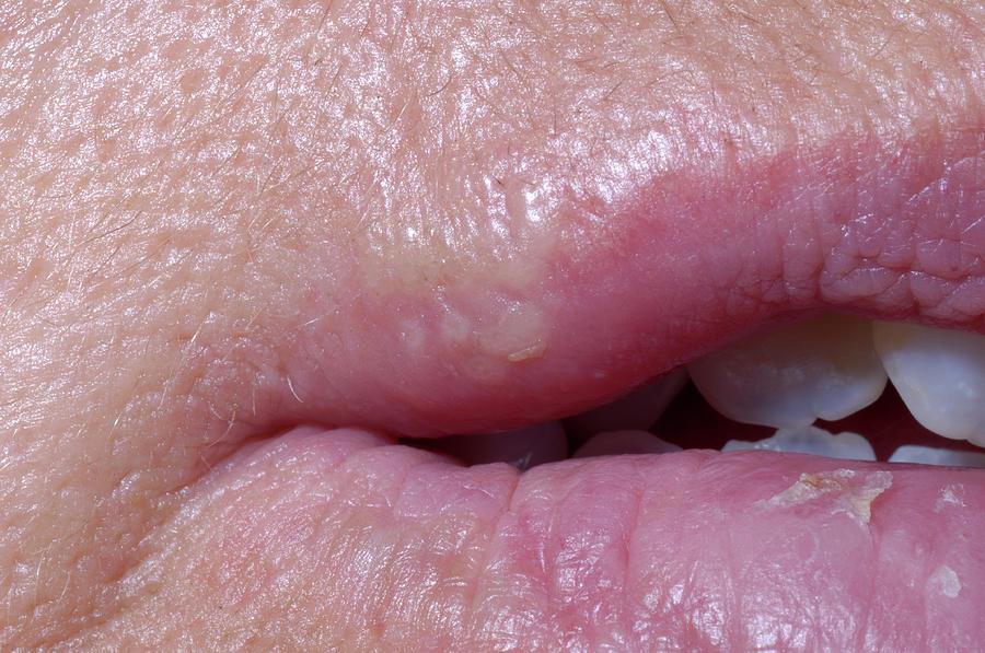 Закрытые половые губы, член в попу девушки