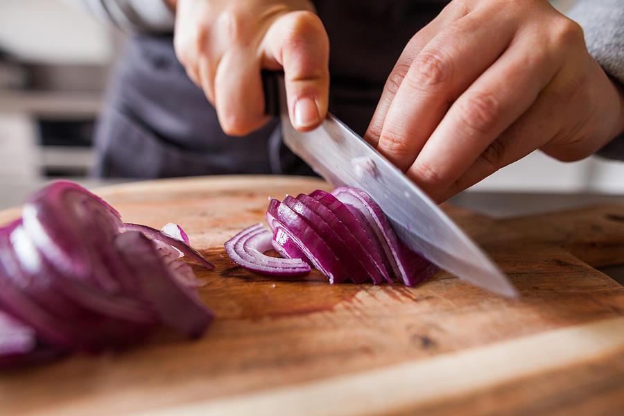Cuisiner - découpe doignons rouges Photograph by Capelle.r