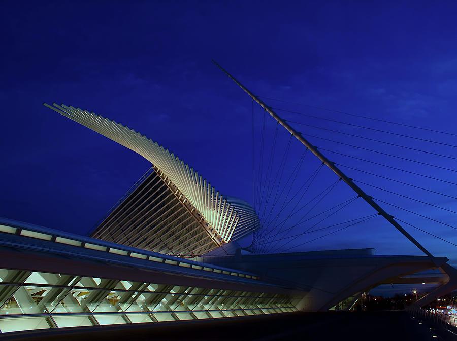 Milwaukee Art Museum Photograph - Dusk At The Calatrava by Chuck De La Rosa