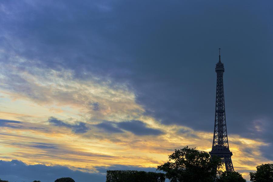 Eiffel Tower Photograph - Evening By The Eiffel Tower by Maj Seda