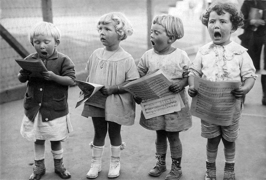 1917 Photograph - Four Young Children Singing by Underwood Archives