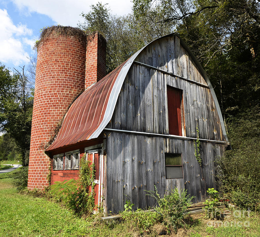 Gambrel Photograph - Gambrel-roofed Barn by Paul Mashburn