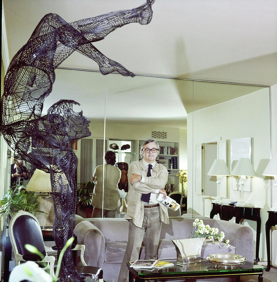 Geoffrey Beene In His Living Room Photograph by Ken Regan