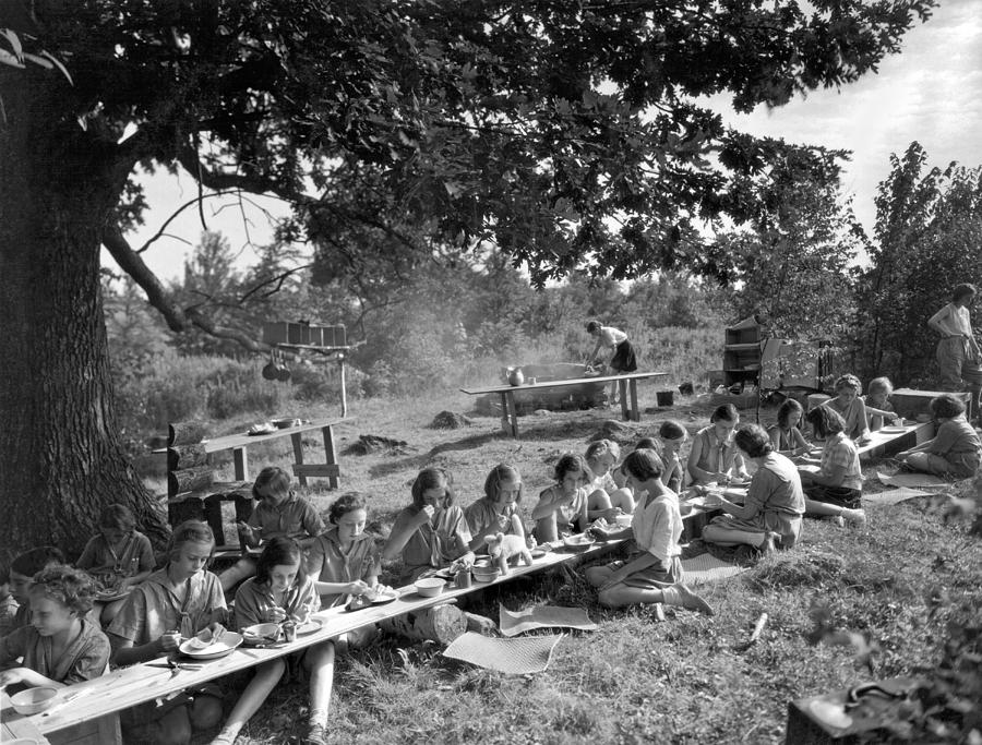 1920s Photograph - Girl Scout Picnic by Underwood Archives