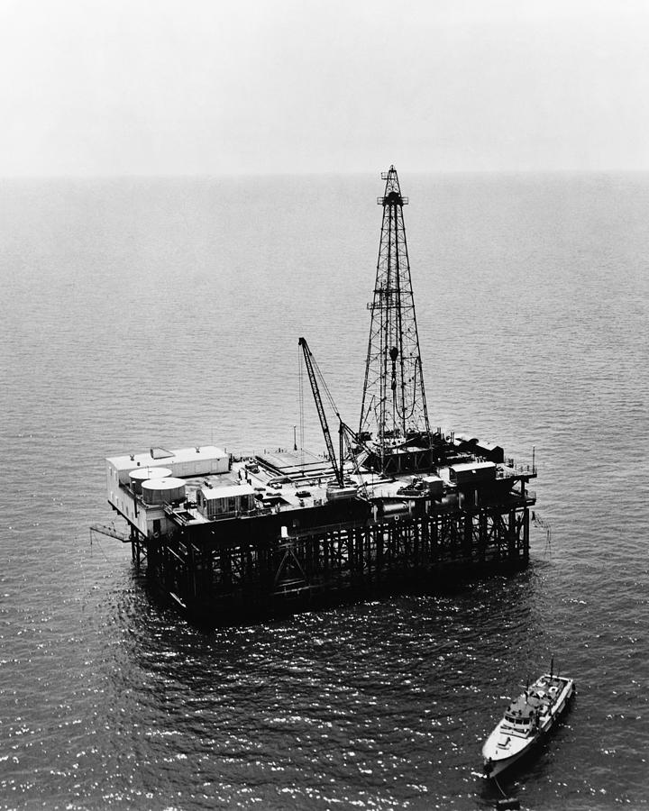 1950 Photograph - Gulf Of Mexico Oil Rig, 1950 by Granger