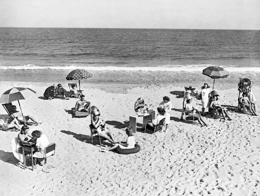 1930s Photograph - Hair Salon On The Beach by Underwood Archives