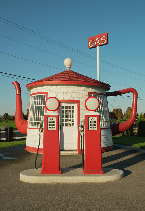 Historic Teapot Gas Station Photograph by Kevin Schafer