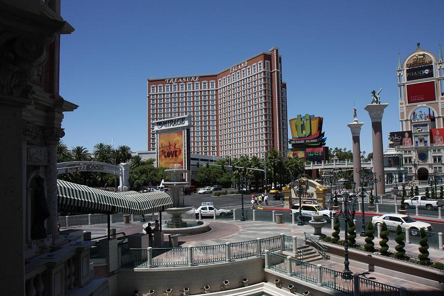 Las Photograph - Las Vegas - Treasure Island - 12122 by DC Photographer