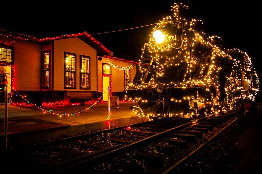 Train Photograph - Lighting The 905 by Toni Hopper