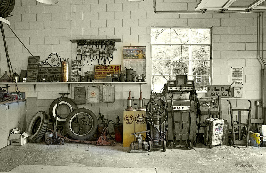 Lou's Filling Station garage by Roger Beltz