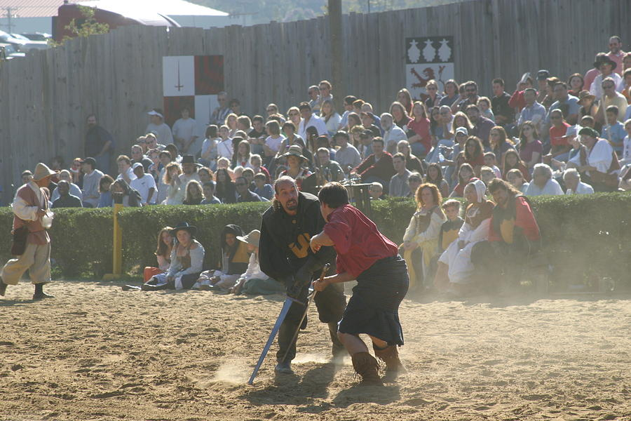 Maryland Photograph - Maryland Renaissance Festival - Jousting And Sword Fighting - 121297 by DC Photographer