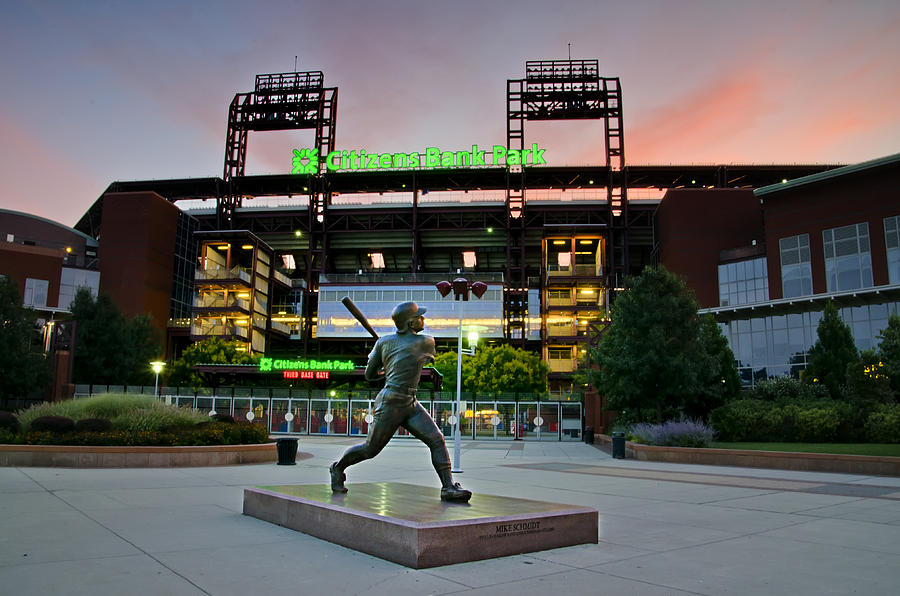 Mike Photograph - Mike Schmidt Statue At Dawn by Bill Cannon