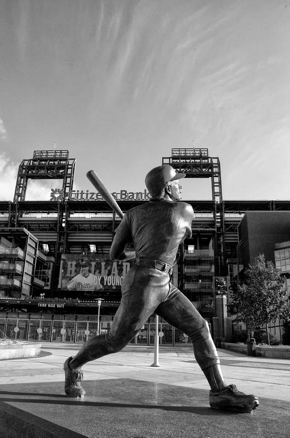 Mike Photograph - Mike Schmidt Statue In Black And White by Bill Cannon