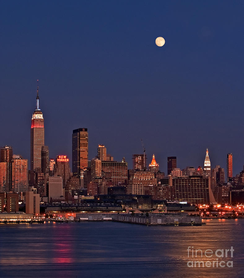 New York City Skyline Photograph - Moon Rise Over Manhattan by Susan Candelario