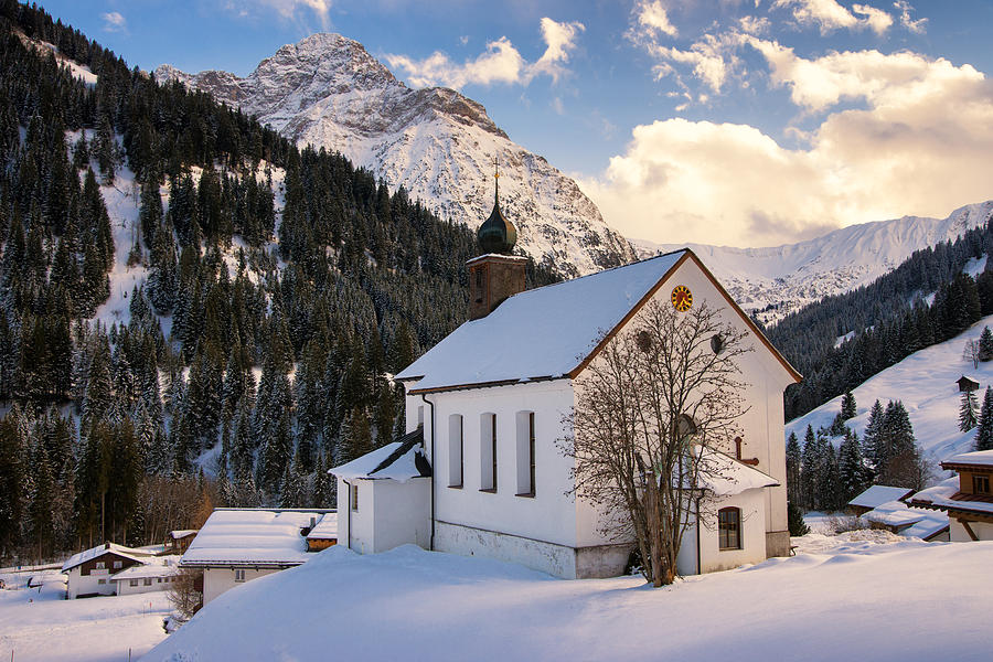 Mountain church in the alps baad kleinwalsertal austria for Kleine hauser osterreich
