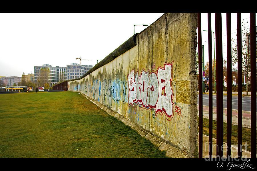 Muro Berlin Photograph by Omar Gonzalez