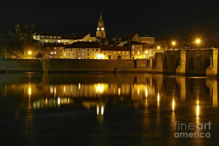 Night view of the River Tweed at Berwick by Les Bell