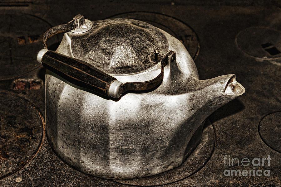 Kettle Photograph - Old Kettle by Les Palenik