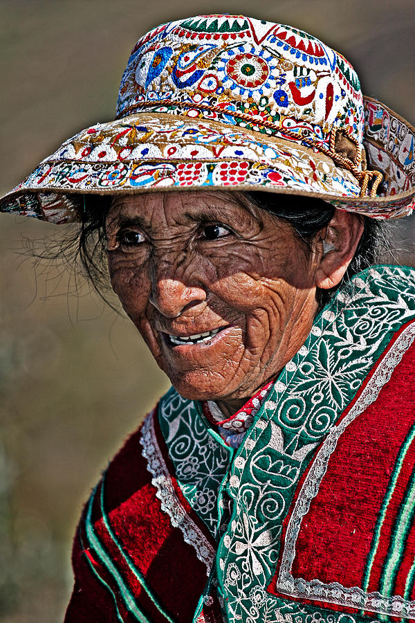 Portrait Photograph - Peruvian Old Lady by Walter Iglesias