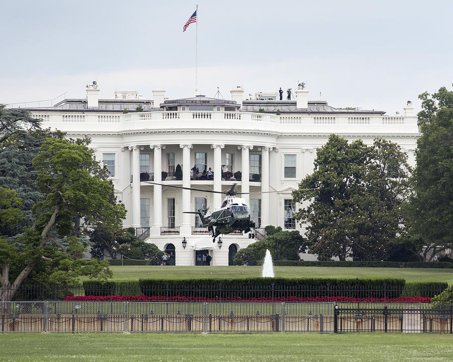 Washington Dc Photograph - President Obama Waives To Hmx-1 From The White House By Denise Dube by Denise Dube