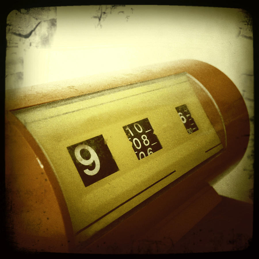 Accurate Photograph - Retro Clock by Les Cunliffe