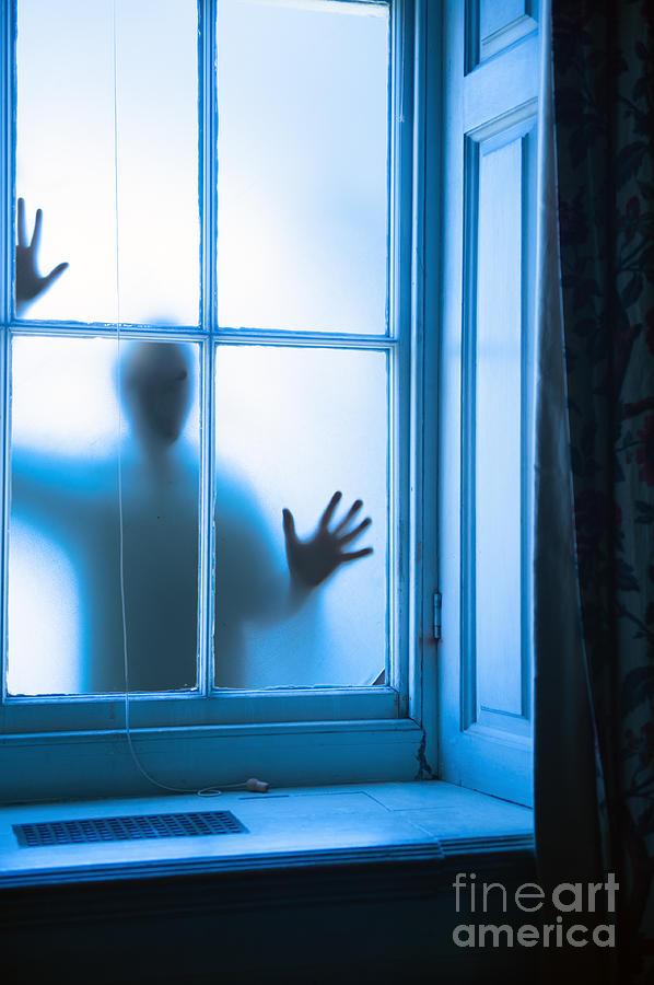 Вылазила в окно с 5 этажа, пьяная, причём очень легко, раз-два и я уже внизу.