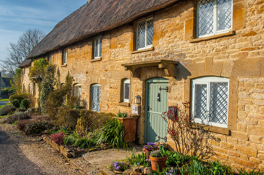 Oxfordshire Photograph - Thatched Cotswold Cottage In Taynton Oxfordshire by David Ross