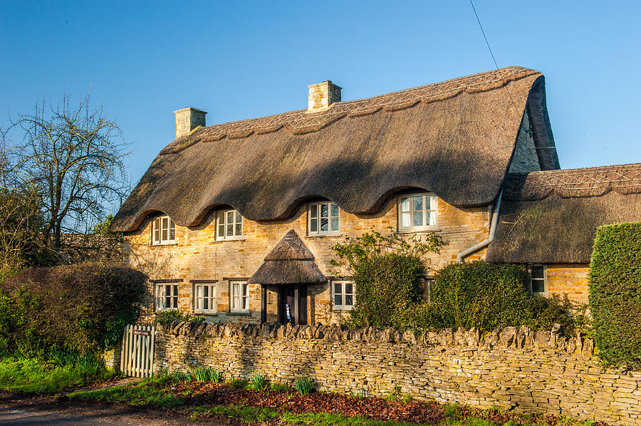 Cotswolds Photograph - Thatched Cottage In Kingham Oxfordshire by David Ross