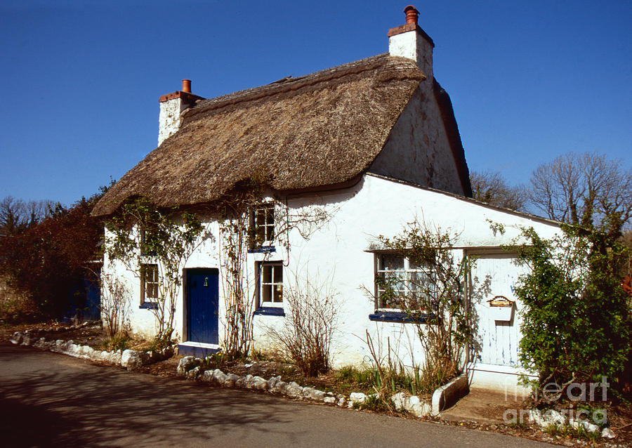 Thatched cottage by Paul Cowan