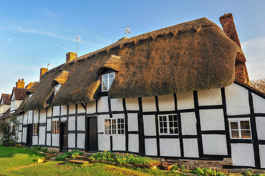 Warwickshire Photograph - Thatched Cottage Welford On Avon by David Ross