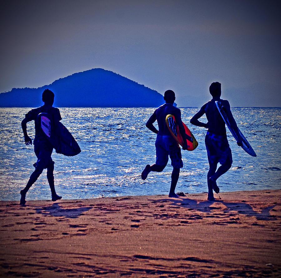 Praia Photograph - The Beach Boys by Carlos Alkmin