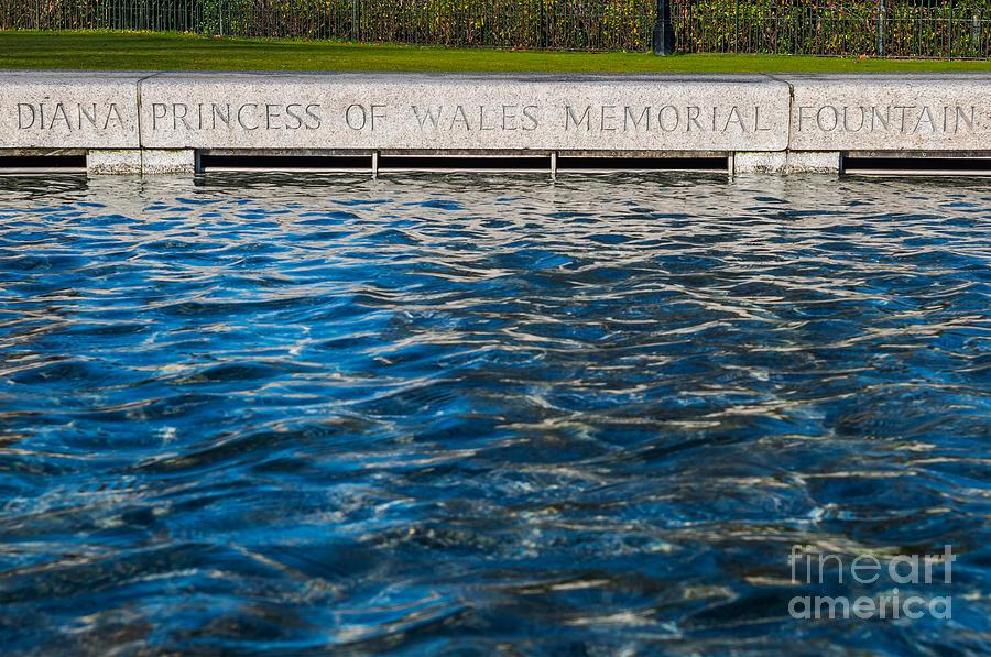 Diana Photograph - The Memorial Fountain by Luis Alvarenga