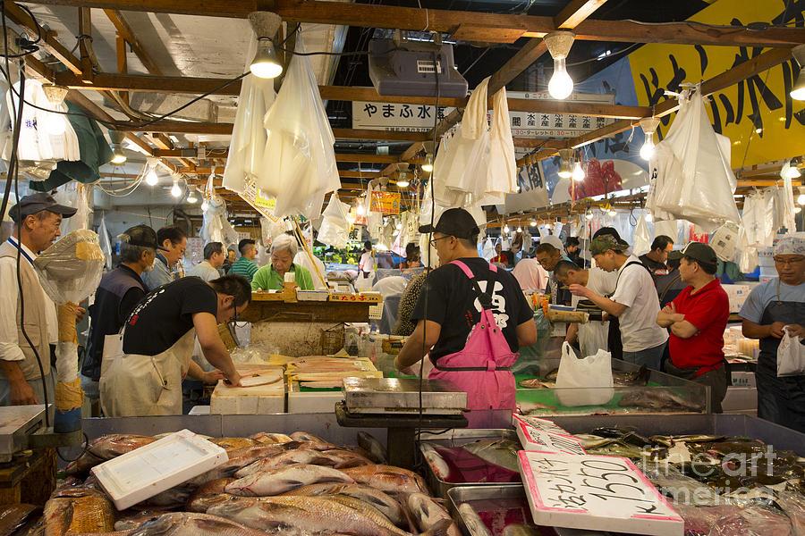 Найбільший у світі риб морепродуктів - рибний ринок Tsukiji в Токіо.