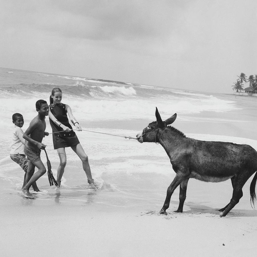 Veruschka Von Lehndorff And Two Children Pulling Photograph by Franco Rubartelli