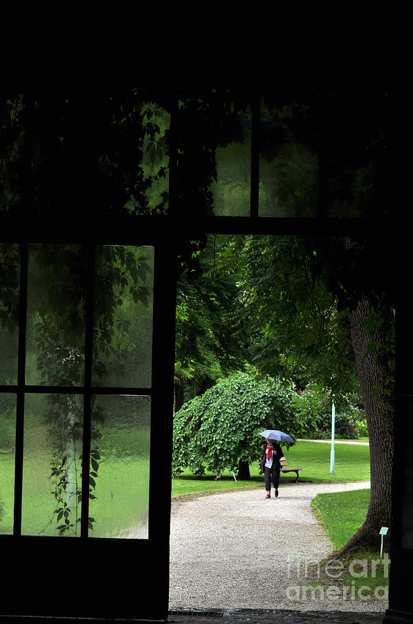 Walking in the rain by Simona Ghidini
