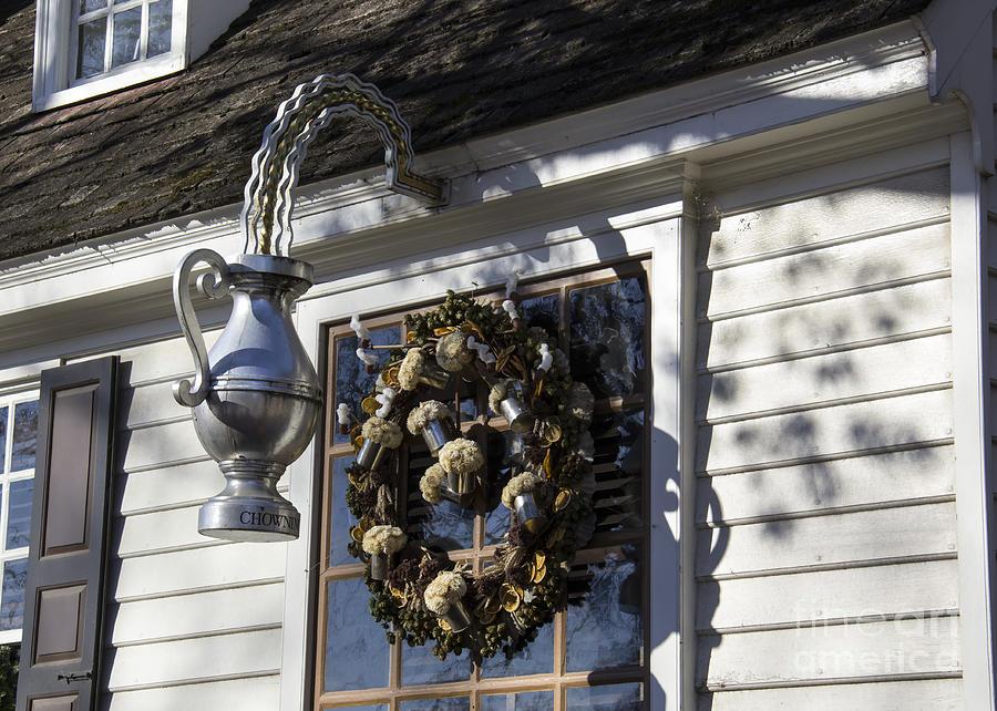 Colonial Williamsburg Photograph - Wreath At Chownings Tavern by Teresa Mucha