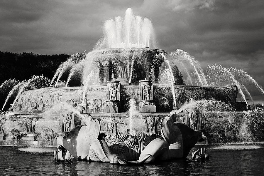 Black And White Photograph - Buckingham Fountain by Laura Kinker