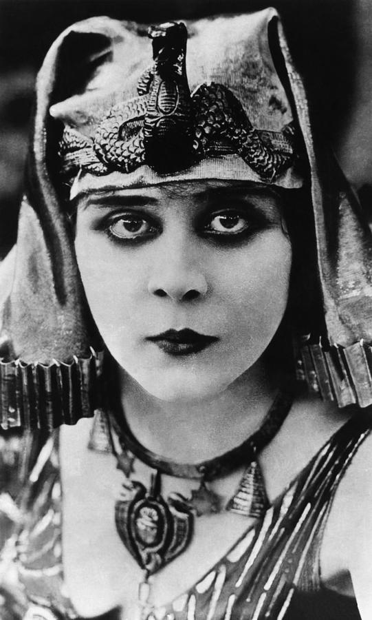 1917 Movies Photograph - Cleopatra, Theda Bara, 1917 by Everett