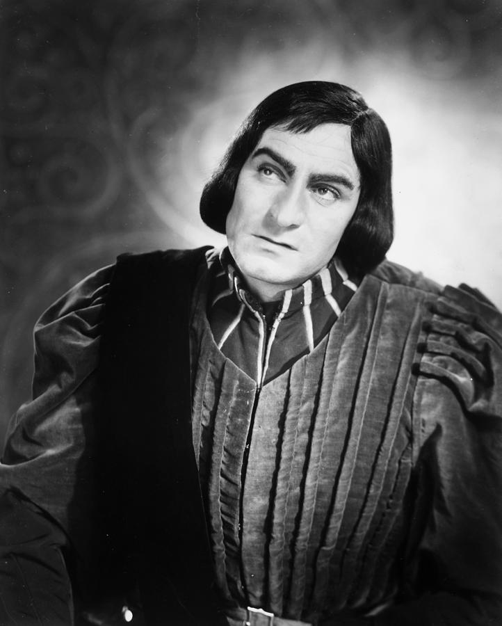 evil and manipulative portrayal of richard iii in william shakespeares play Richard iii william shakespeare contents plot overview + summary & analysis act i, scene i act i, scene ii act i, scene iii act i, scene iv act ii, scenes i.