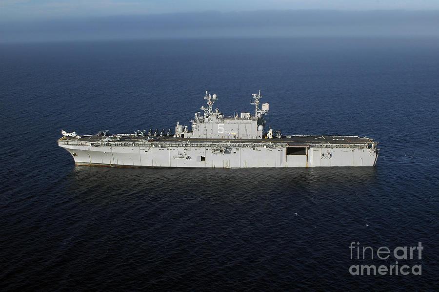 Uss Peleliu Photograph - Amphibious Assault Ship Uss Peleliu by Stocktrek Images